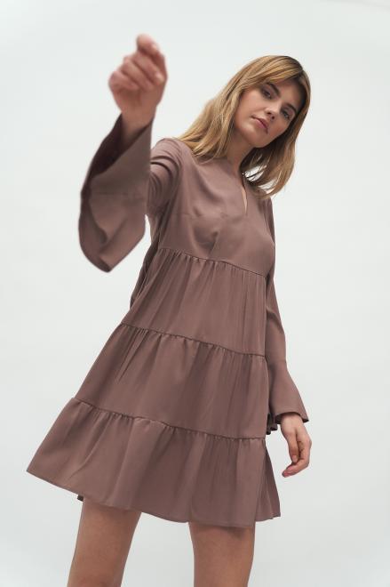 Nife  Sukienka wiskozowa z falbaną w kolorze mocca - S180 Платье Мокка оптом