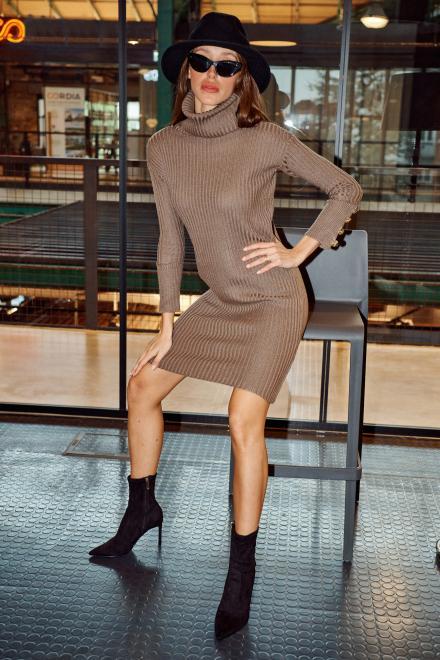 Lemoniade  Swetrowa prążkowana sukienka z golfem i guzikami LS311 capucino Платье Каппучино оптом