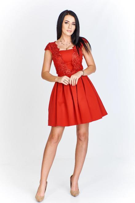 QUARELLE  rozkloszowana sukienka z kontrafałdami i haftowaną wstawką z przodu M81272 Платье Красный оптом