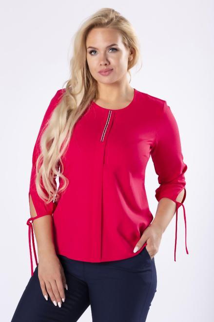 OPAL  elegancka bluzka z biżuteryjną ozdobą na biuście, zakładką z przodu i wiązaniami przy mankietach M61650 Блузки +Size Красный оптом