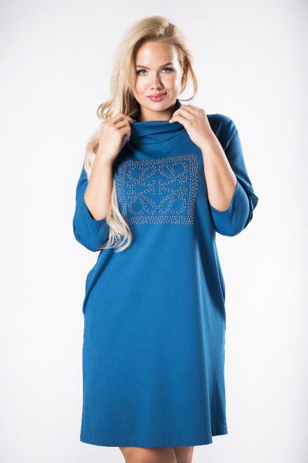 ROXANA  dopasowana sukienka z luźnym golfem i ozdobną aplikacją na biuście M81481 Платья +Size Голубой оптом